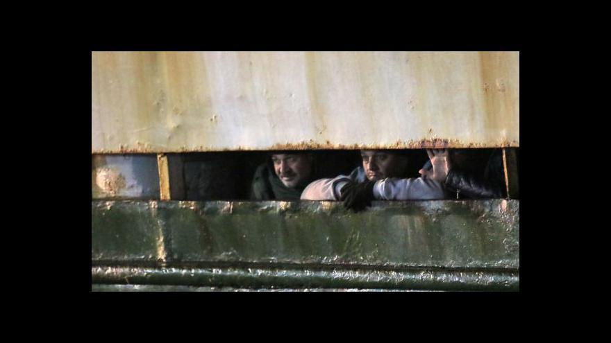 Video Každý uprchlík zaplatí za svou nebezpečnou cestu několik tisíc dolarů
