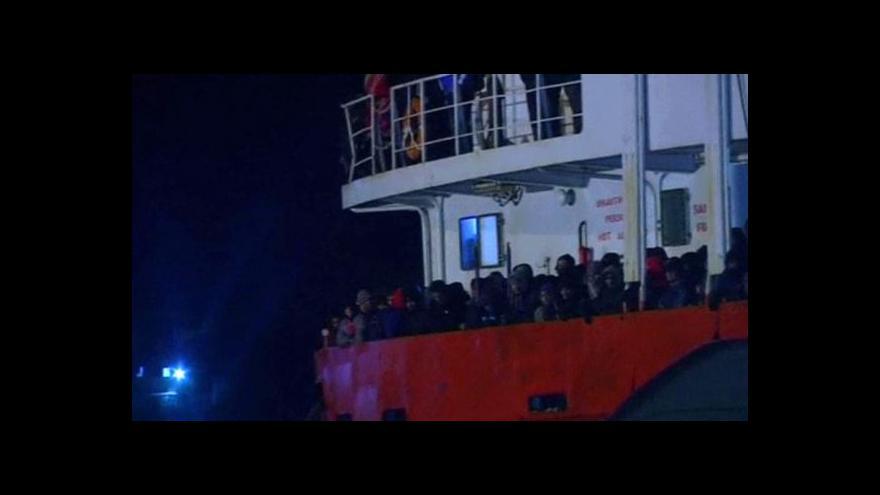 Video Další loď s uprchlíky zachraňovala italská pobřežní stráž