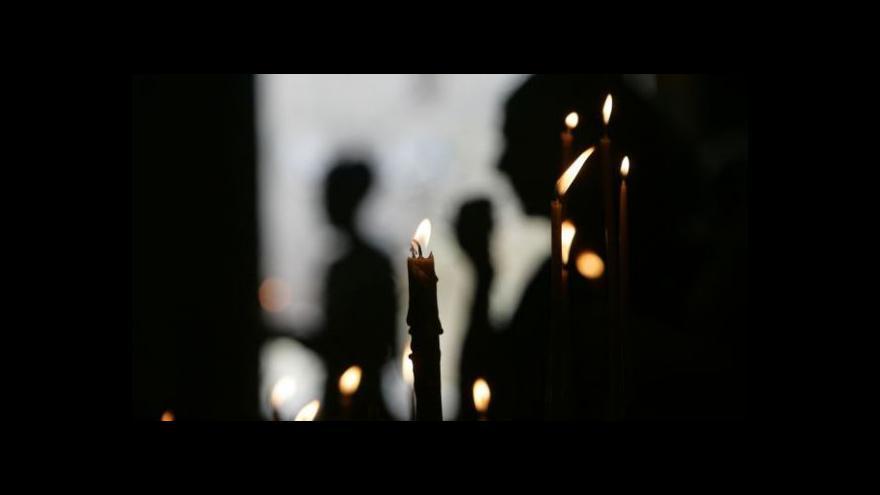 Video Při modlitbě ve sv. Vítu seděli mladí křesťané i na zemi