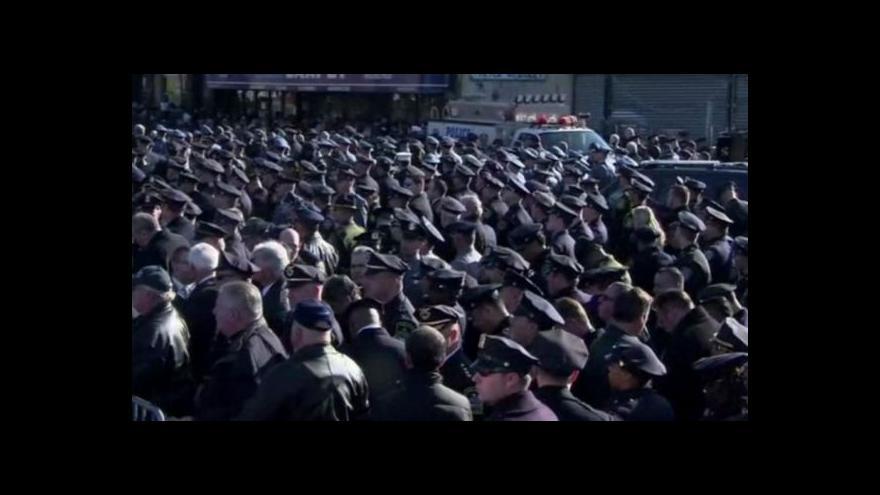 Video Někteří policisté se ke starostovi otočili zády