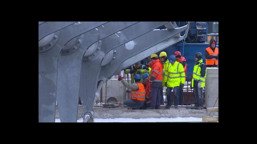 Video Most se vznesl nad Jaroměř a v pořádku přistál nad Labem