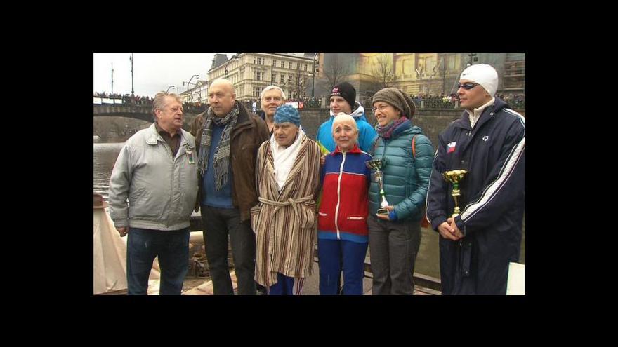 Video Tradiční setkání otužilců pod mostem Legií v Praze