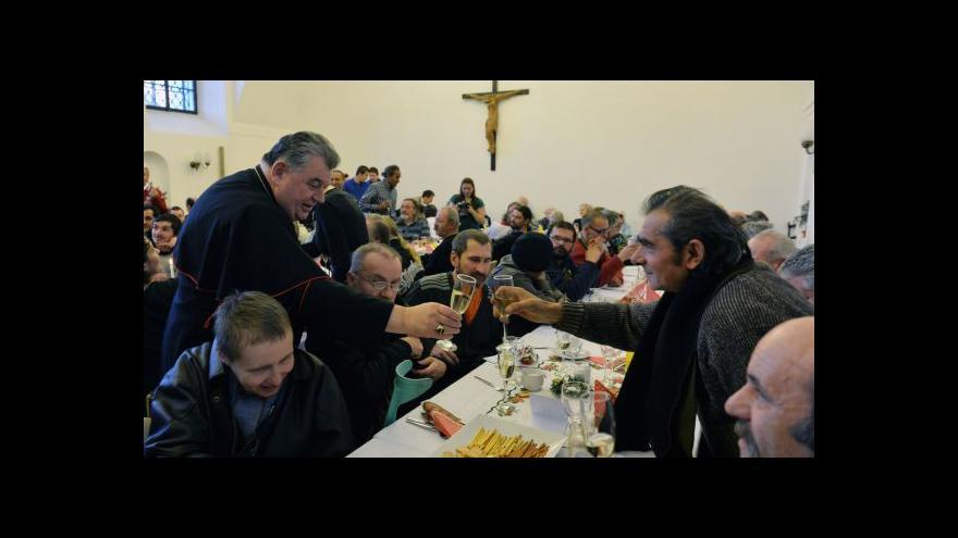 Video Kardinál Duka poobědval s bezdomovci