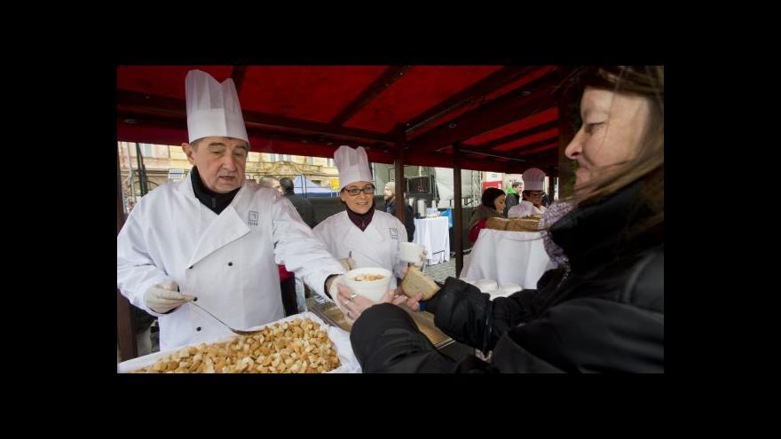 Video Na rybí polévku od pražské primátorky čekaly zástupy lidí