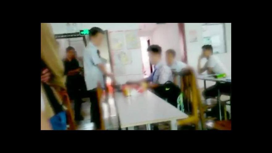 """Video BBC v čínské továrně: """"Otroci"""" Applu"""