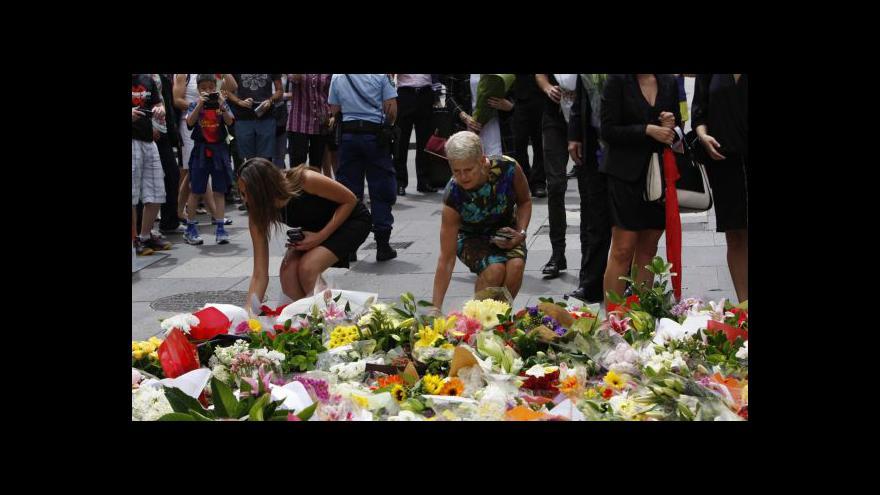 Video V Sydney začalo vyšetřování, lidé nosí květiny na místo tragédie