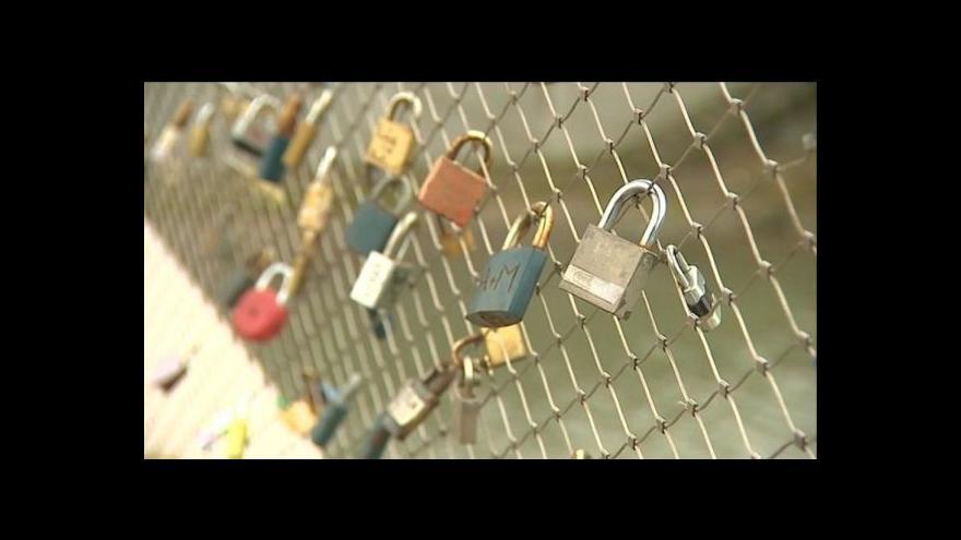 Video Přerov odstranil zámky zamilovaných z Tyršova mostu