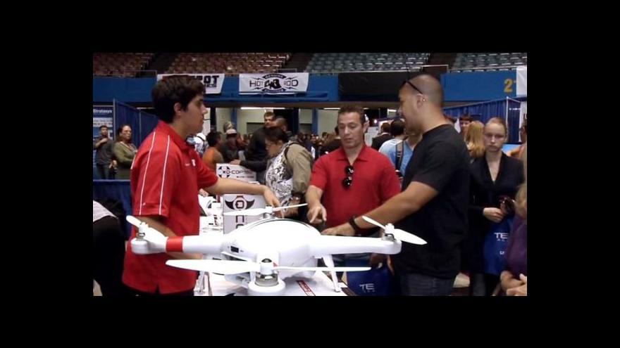 Video První veletrh dronů - pošťáci, nebo špioni budoucnosti?