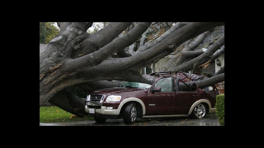 Video Záplavy, sesuvy i menší tornádo - jih Kalifornie postihla rekordní bouře