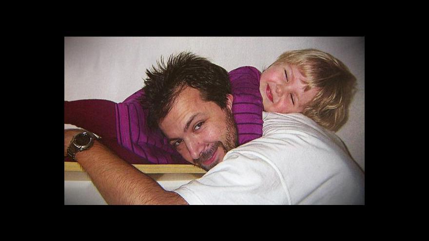 Video Otec stále bojuje o svou dceru, unesenou matkou do Ruska