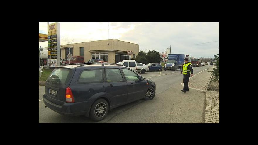 Video Ceny benzinu padají, provoz u některých stanic museli řídit strážníci