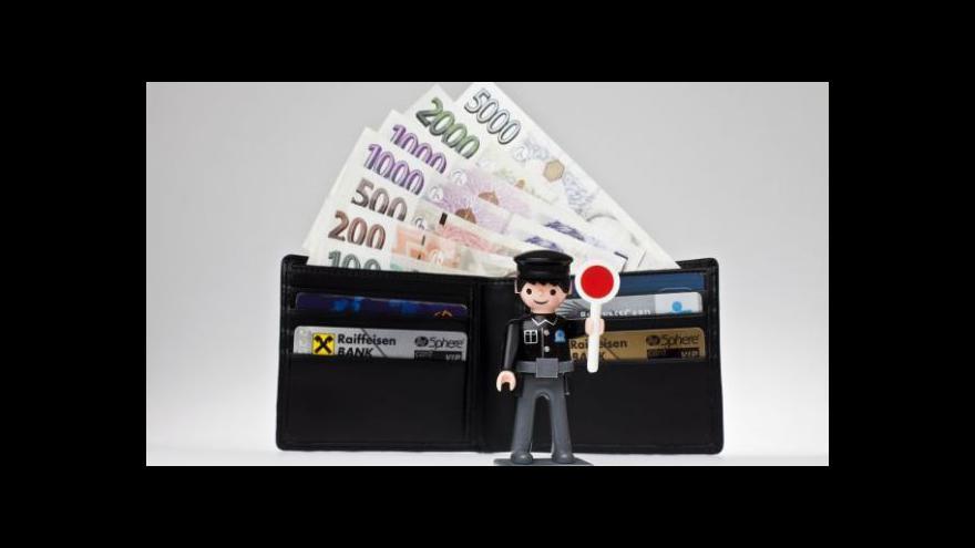 Video Na konci boje proti bankovním poplatkům je nezaplacený účet