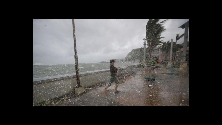 Video Z Hagupitu je tropická bouře