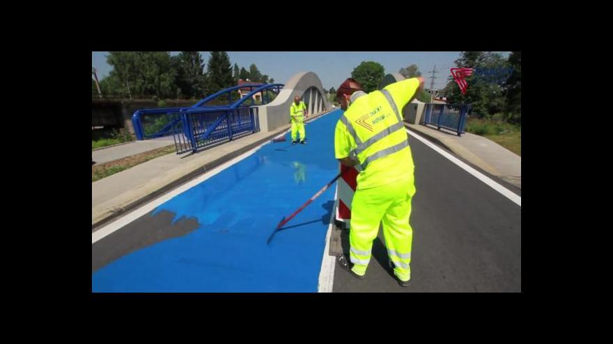 Video Modrý povrch ochrání auta před smykem na mostě