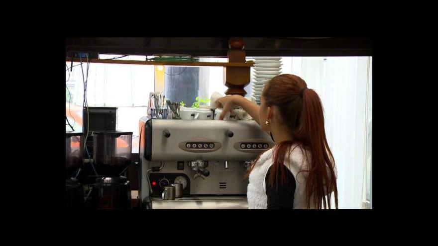 Video Boj o černou kavárnu asi majitel vzdá
