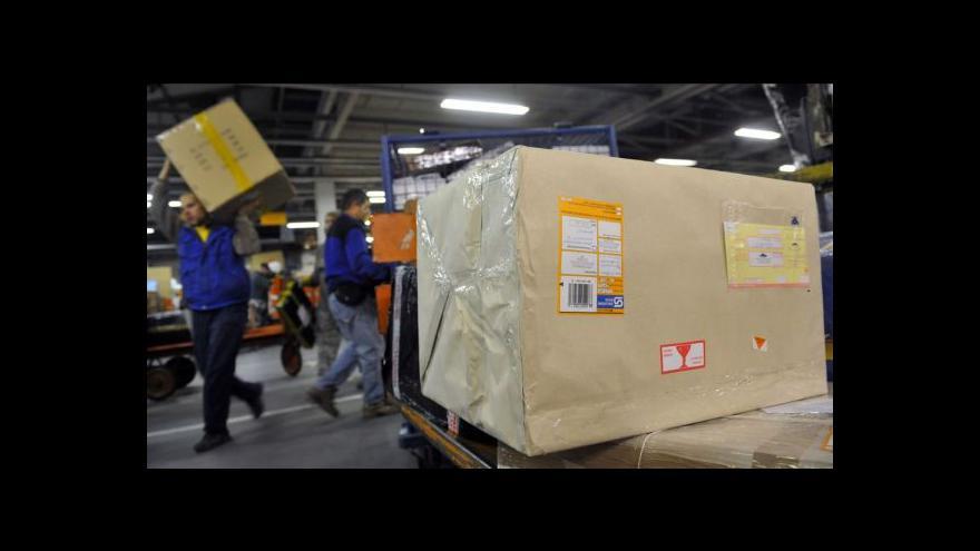 Video Česká pošta doručí se zpožděním asi 30 000 balíků