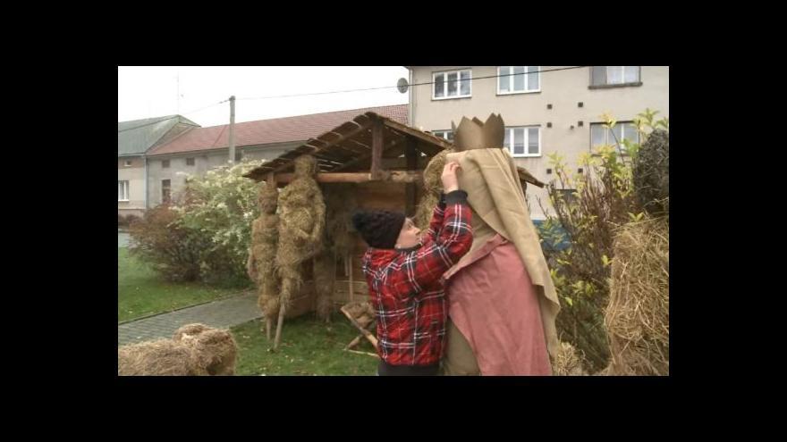 Video NO COMMENT: V Jakubově vzniká betlém ze sena a slámy