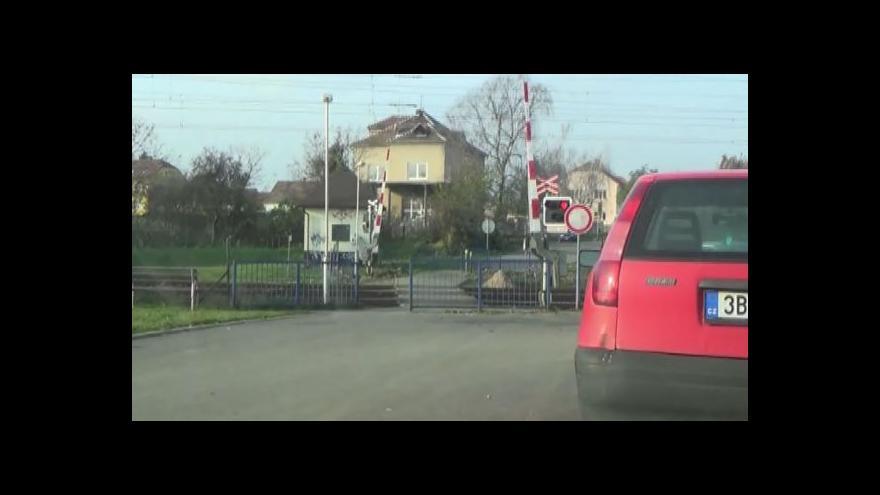 Video Senior riskoval život na přejezdu hned dvakrát (záběry Policie ČR)