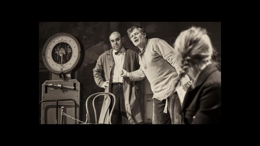 Video V Divadle v Dlouhé hrají 407 gramů z Bohumila Hrabala