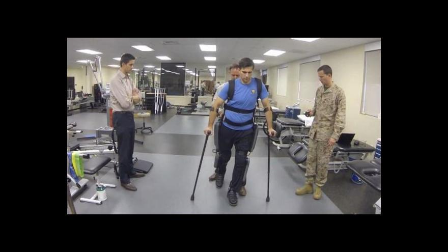 Video Americký voják díky exoskeletonu znovu chodí