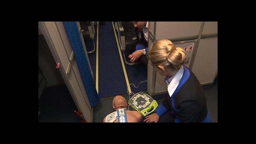 Video Události: Letušky a stevardi se učí s defibrilátory
