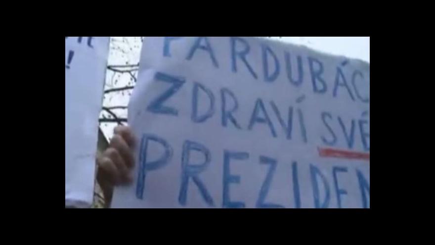Video Facebook/Martin Krpač TV JOJ: Pardubáci zdraví svého prezidenta