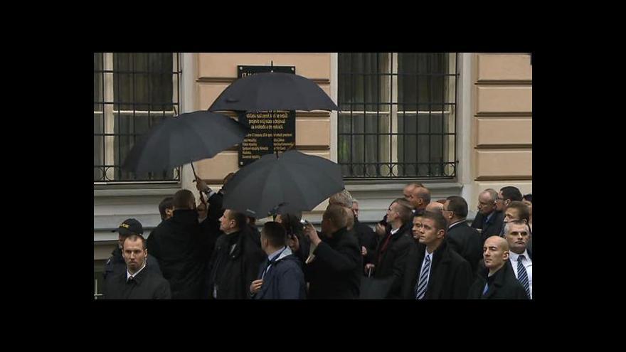 """Video Albertov: """"Nesahej na to!"""", křičeli lidé na prezidenta"""