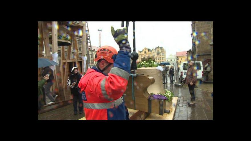 Video Zvedání zvonů na věž katedrály v Plzni