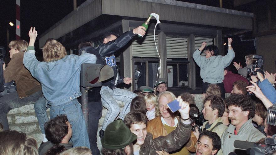 Video Před 30 lety padla Berlínská zeď. Původní záběry