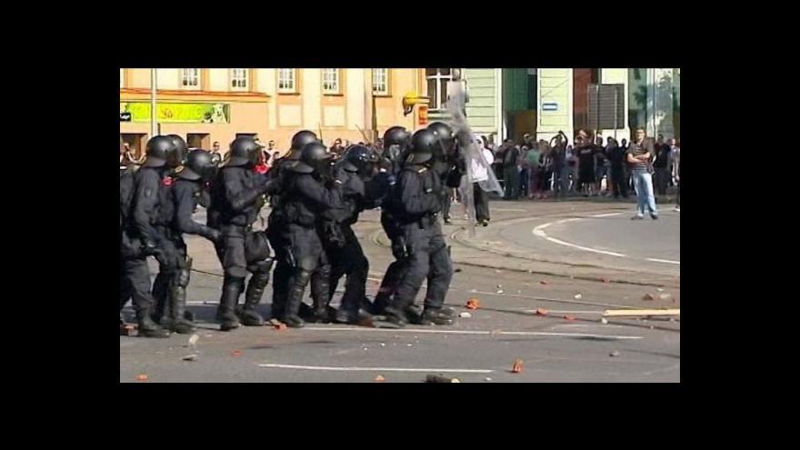 Video Dívka, která házela kameny na policisty, dostala podmínku