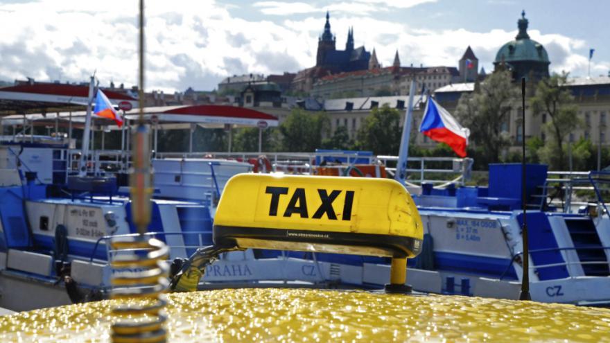 Video Humplík radí, jak na nepoctivé taxikáře: Zabavovat auta