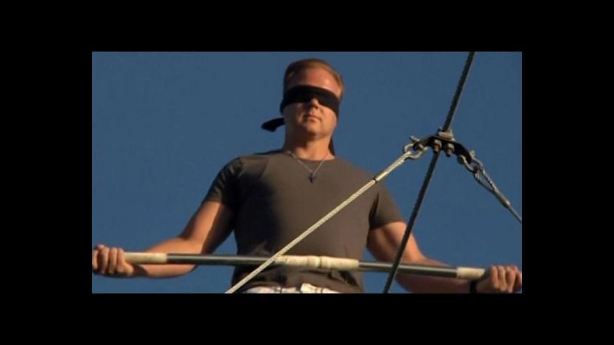 Video Provazochodec se naslepo projde mezi mrakodrapy