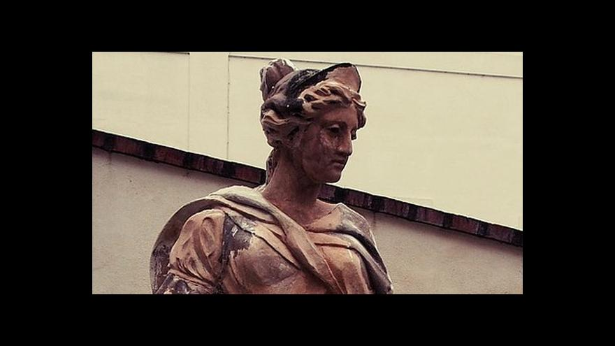 Video Na sídlo Ústavního soudu se vrací sochařská výzdoba