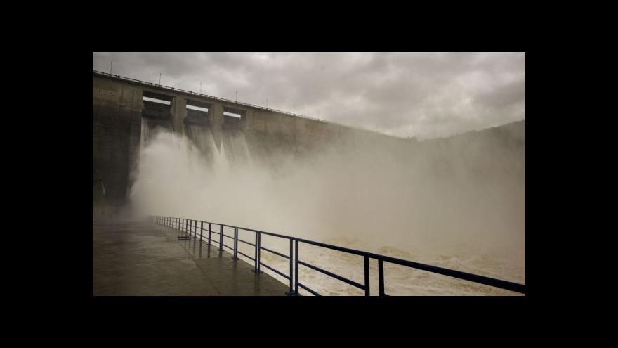 Video Orlická přehrada sníží hladinu, aby se do ní více vešlo při povodni
