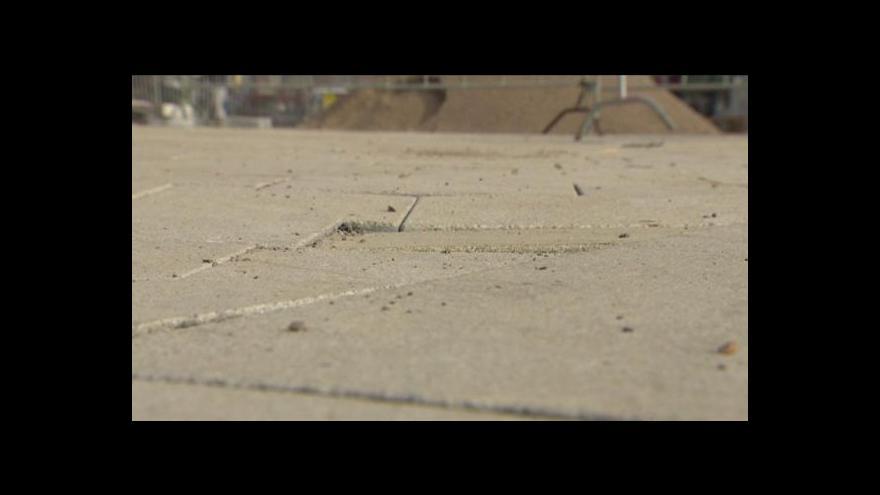 Video Na třídě Míru se propadá nová dlažba
