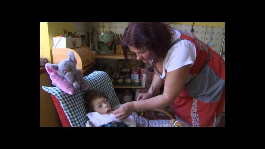 Video Zemřel chlapec, který se vinou zdravotníků narodil s těžkým postižením