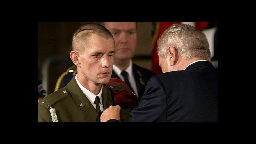 Video Prezident vyznamenal zabité a zraněného vojáka