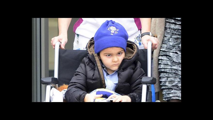 Video Ashya King odletěl s rodinou z Prahy