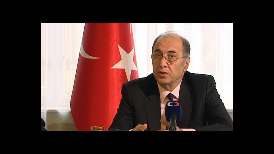 Video Brífink tureckého velvyslance v ČR Ahmeta Necatiho Bigaliho
