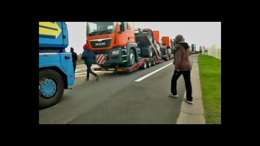 Video Uprchlíci v Calais používají novou taktiku