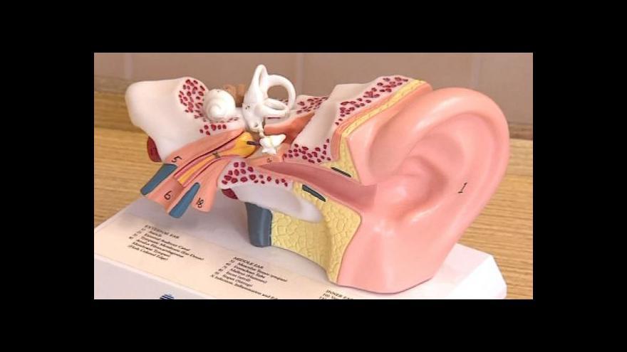 Video Díky novému typu implantátu začalo neslyšící dítě slyšet