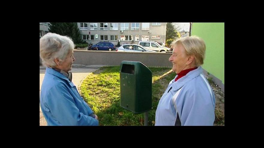 Video Poliklinika přehradila chodník zídkou