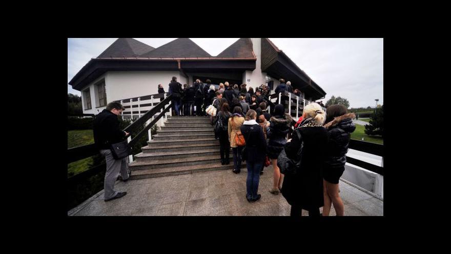 Video UvR: Stovky lidí se přišly rozloučit s ubodaným studentem