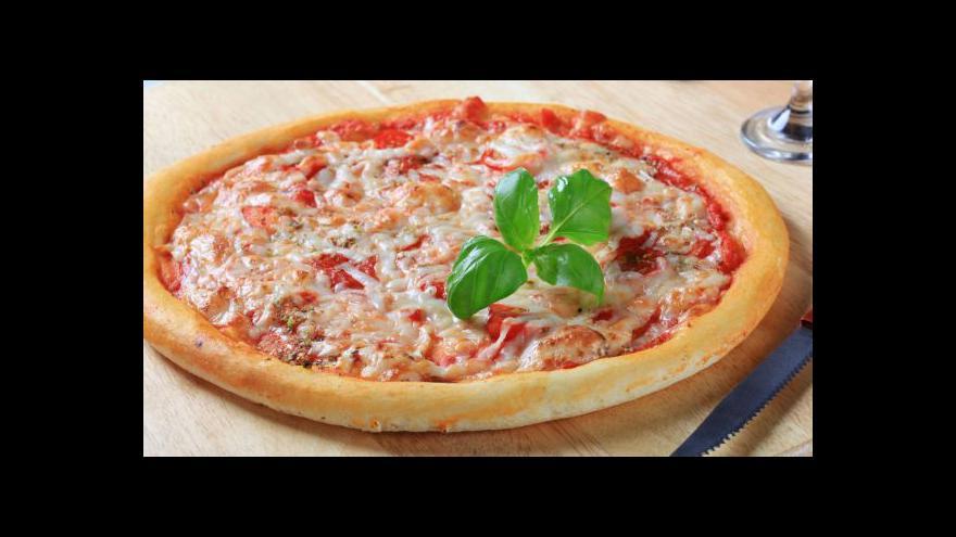 Video Italský kuchař: Pizza se v každém případě jí rukama