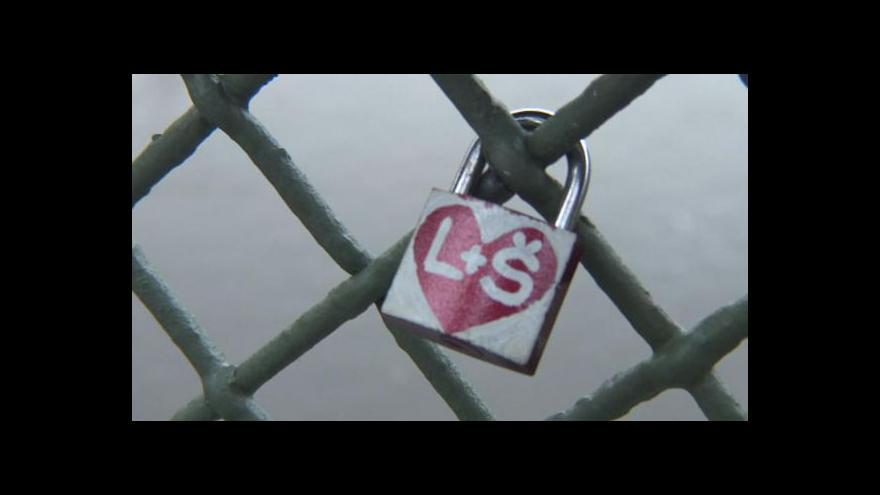 Video Uzamčená láska dlouho nevydrží, zámky vadí radnicím