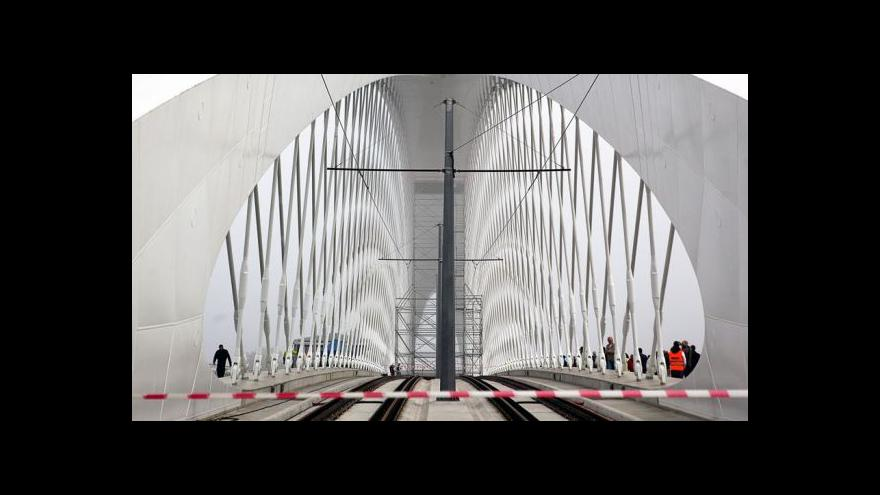 Video Po Trojském mostě už se znovu jezdí