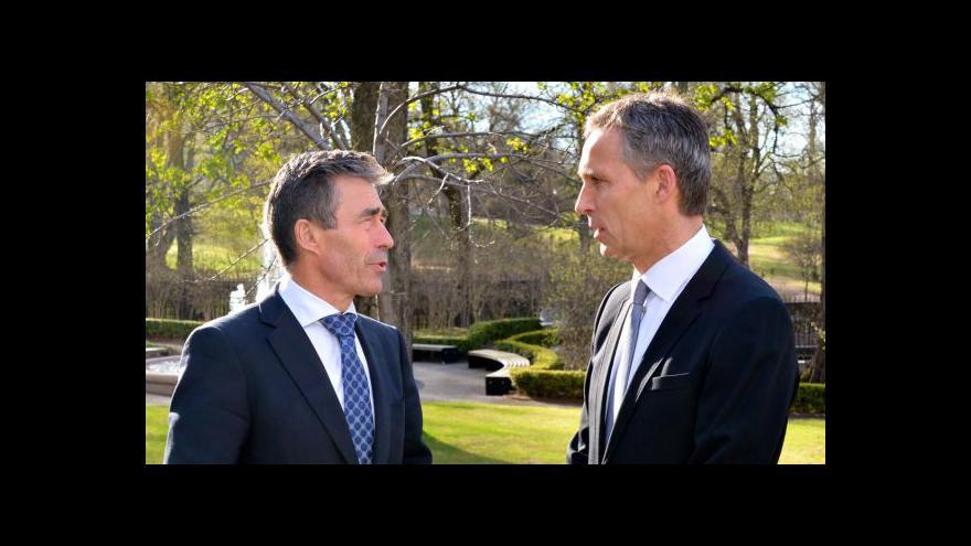 Video Rasmussen předává vedení NATO Stoltenbergovi