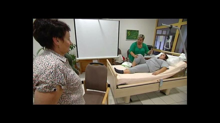 Video Charita pořádá kurzy domácí péče.