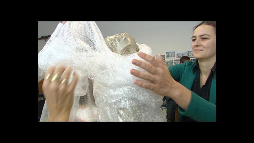 Video Do Lidic přicestovala socha chlapce