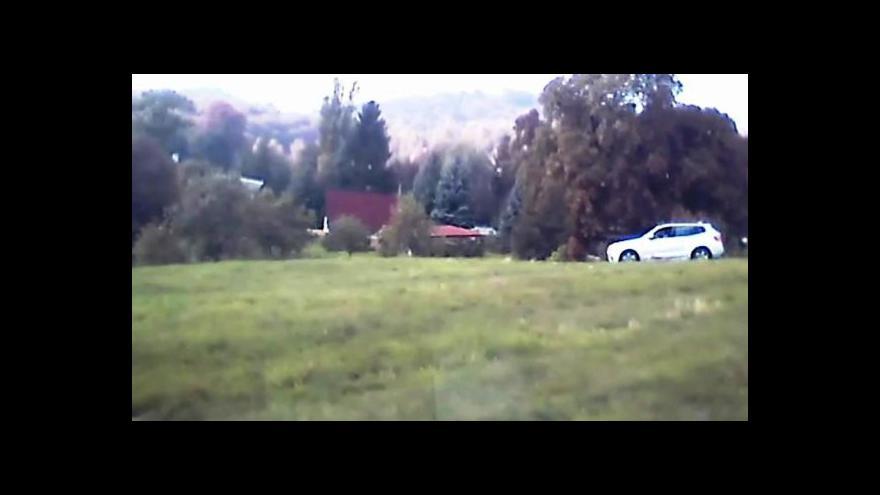 Video Policejní záběry: Honička zdrogované řidičky skončila na poli